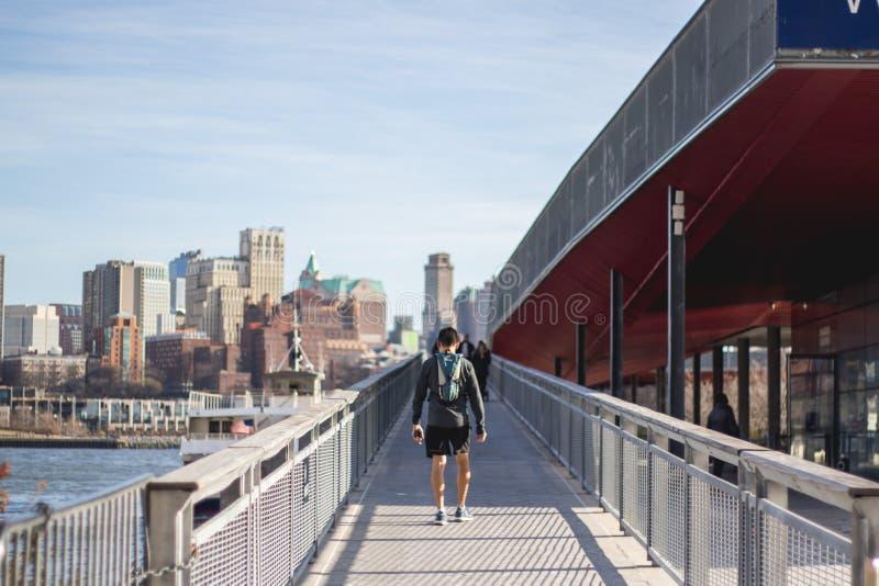 Persoon die op de straten van New York lopen stock foto's