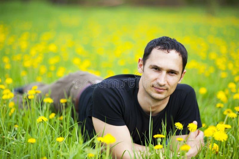Persoon die op gras ligt stock afbeelding