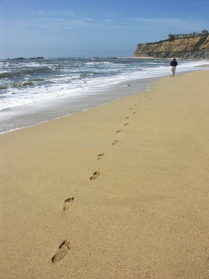 Persoon die op strand loopt royalty-vrije stock foto's