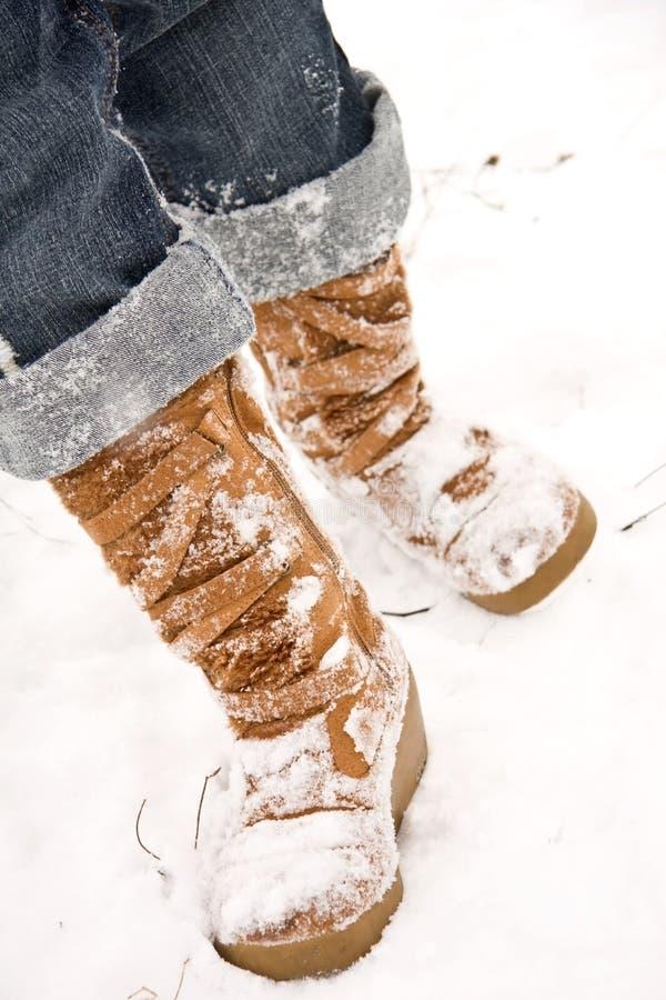 Persoon die in sneeuw loopt stock foto
