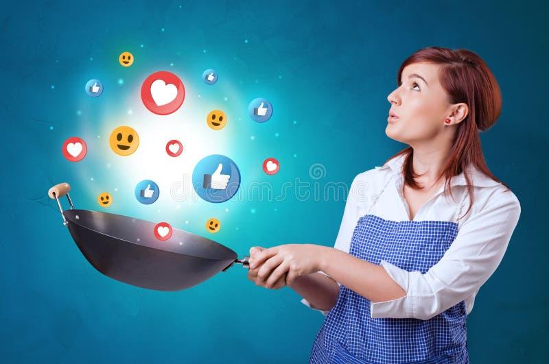 Persoon die sociaal media concept in wok koken stock afbeelding