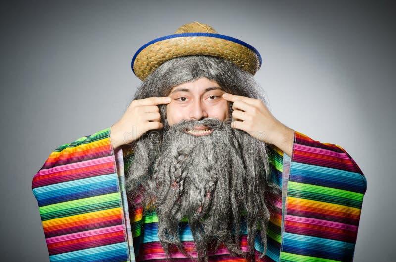 Persoon die sombrerohoed in grappig concept dragen stock fotografie