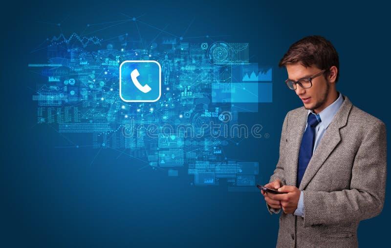 Persoon die telefoon met postconcept met behulp van stock fotografie