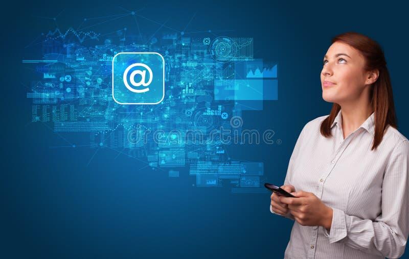 Persoon die telefoon met postconcept met behulp van royalty-vrije stock foto's