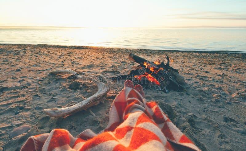 Persoon door firecamp op strand royalty-vrije stock foto's