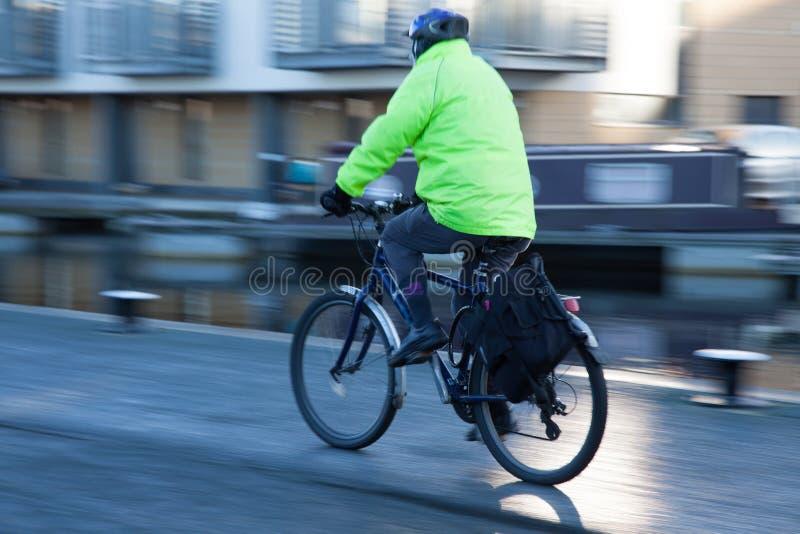 Persoon het cirkelen met veiligheidskleding en helm stock afbeelding