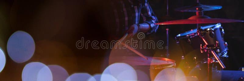 Persoon het spelen trommels met blauwe lichten stock foto's