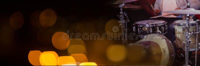 Persoon het spelen trommels met gele lichten royalty-vrije stock fotografie