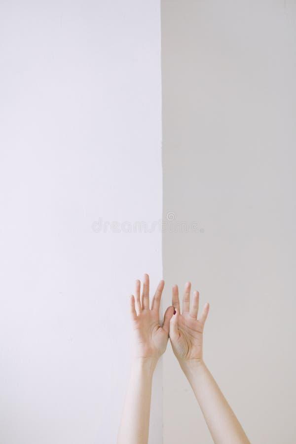 Persoon met twee handen aan de muur royalty-vrije stock afbeelding