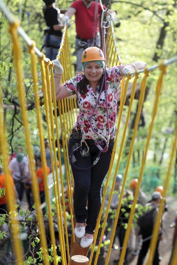 Download Persoon Op Kabel Het Beklimmen Stock Afbeelding - Afbeelding bestaande uit gripping, wijfje: 54083539