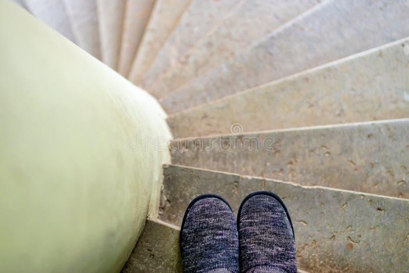 Persoonlijk perspectief die zich in een trappenhuis bevinden royalty-vrije stock foto's
