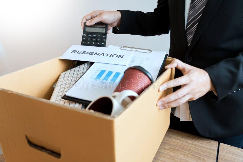Persoonlijke bedrijf van de Businessperson het dragende verpakking op bruine van de kartonvakje en berusting brieven voor opgehou royalty-vrije stock afbeelding