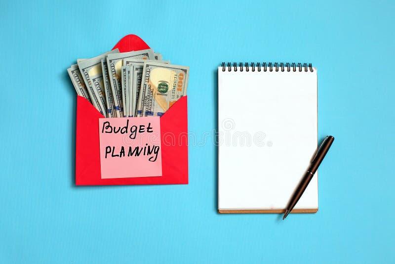Persoonlijke begroting, financieel concept Amerikaanse dollarbankbiljetten in de rode envelop en stickerbegroting planning royalty-vrije stock afbeelding