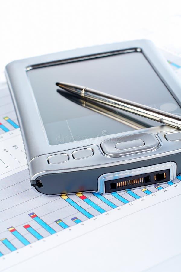 Persoonlijke digitale medewerker op achtergrond van de markt de financiële grafiek stock foto's