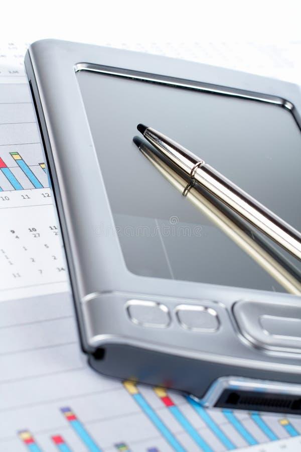 Persoonlijke digitale medewerker op achtergrond van de markt de financiële grafiek royalty-vrije stock afbeeldingen
