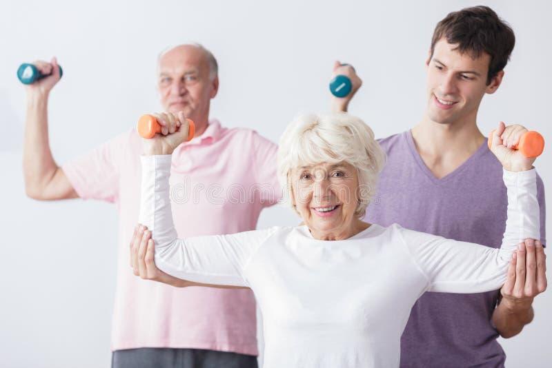 Persoonlijke trainer en bejaard paar royalty-vrije stock fotografie