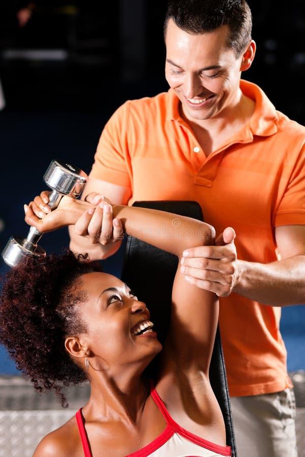 Persoonlijke Trainer in gymnastiek stock foto
