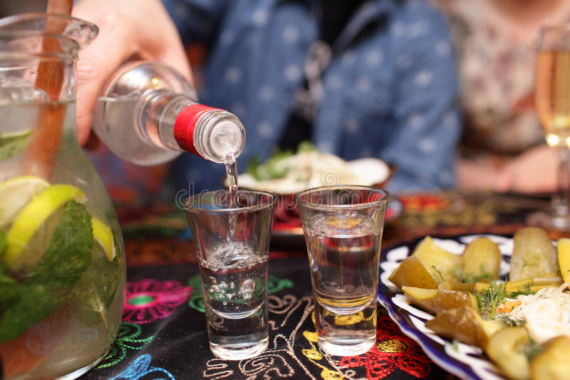 Persoons gietende wodka royalty-vrije stock foto's