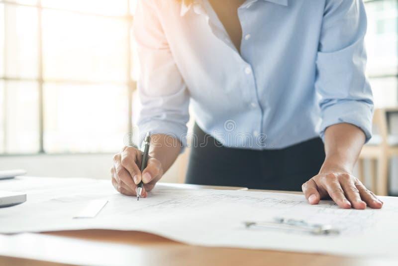 Persoons` s ingenieur Hand Drawing Plan op Blauwdruk met architect stock fotografie