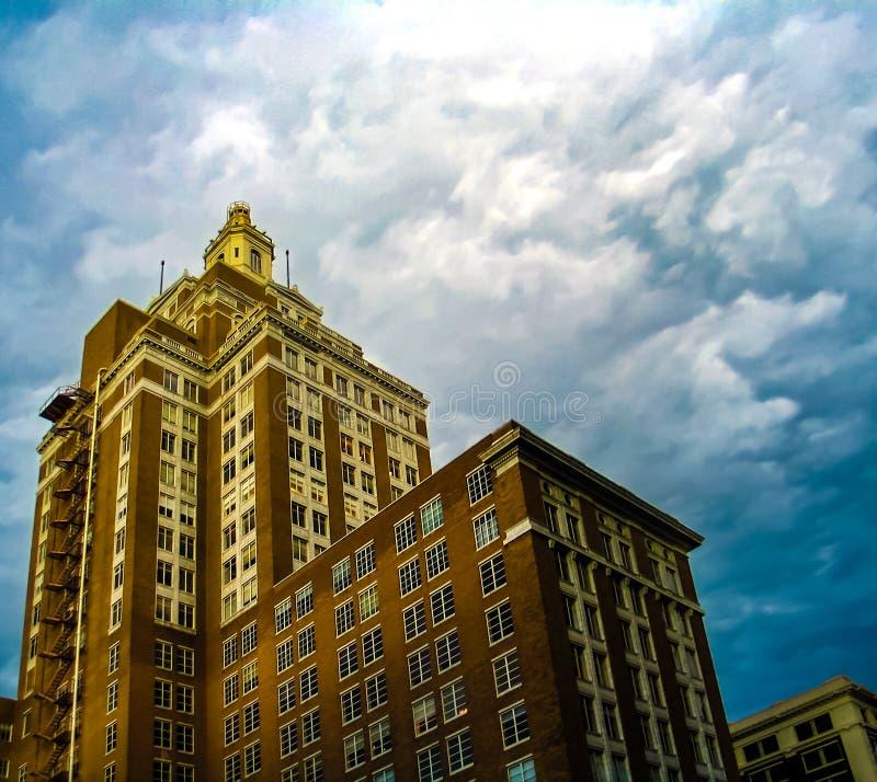 Perspecitive-Ansicht des 320 Süd-Boston Gebäudes in im Stadtzentrum gelegenem Tulsa Oklahoma an einem stürmischen Tag lizenzfreie stockbilder