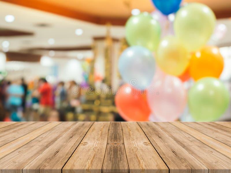 Perspectief bruin hout over onduidelijk beeld in warenhuis - kan voor vertoning of montering uw producten worden gebruikt stock afbeeldingen