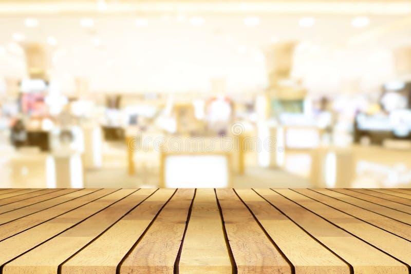 Perspectief lege houten lijst over vaag winkelcomplex backgr royalty-vrije stock foto