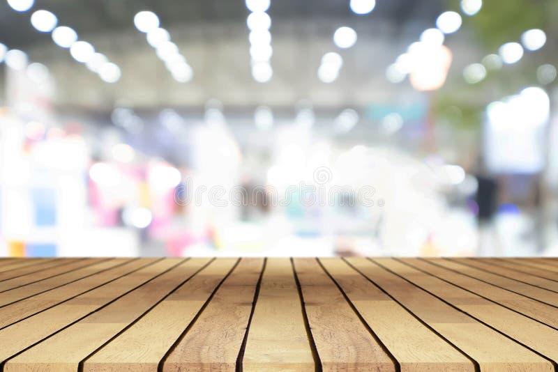 Perspectief lege houten lijst over vaag winkelcomplex backgr royalty-vrije stock fotografie