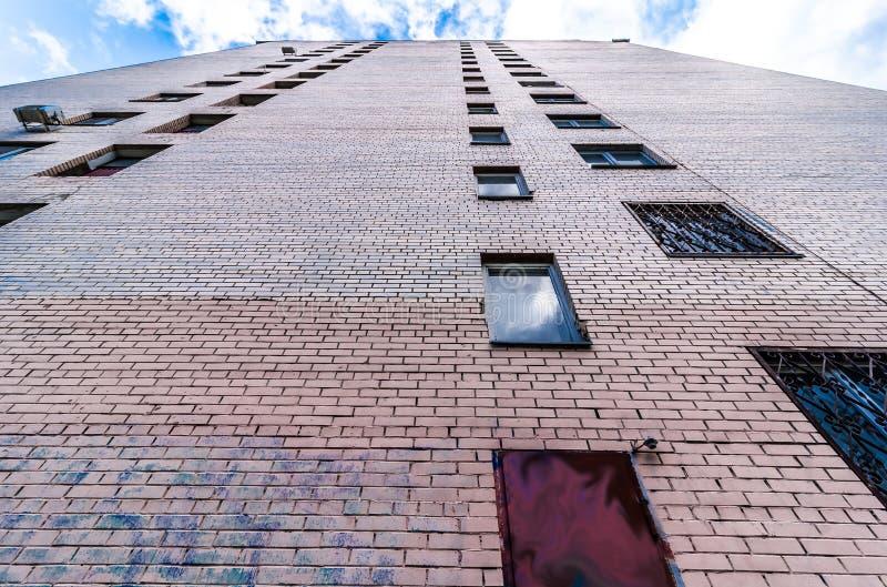 Perspectief van baksteen de lange bouw van woonvlakten en flats royalty-vrije stock afbeeldingen