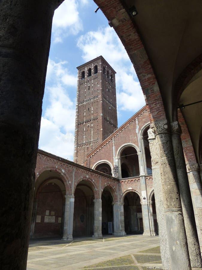 Perspectief van een boog van een toren en het atrium van de middeleeuwse kerk van S Ambroggio aan Milaan Itali? stock fotografie