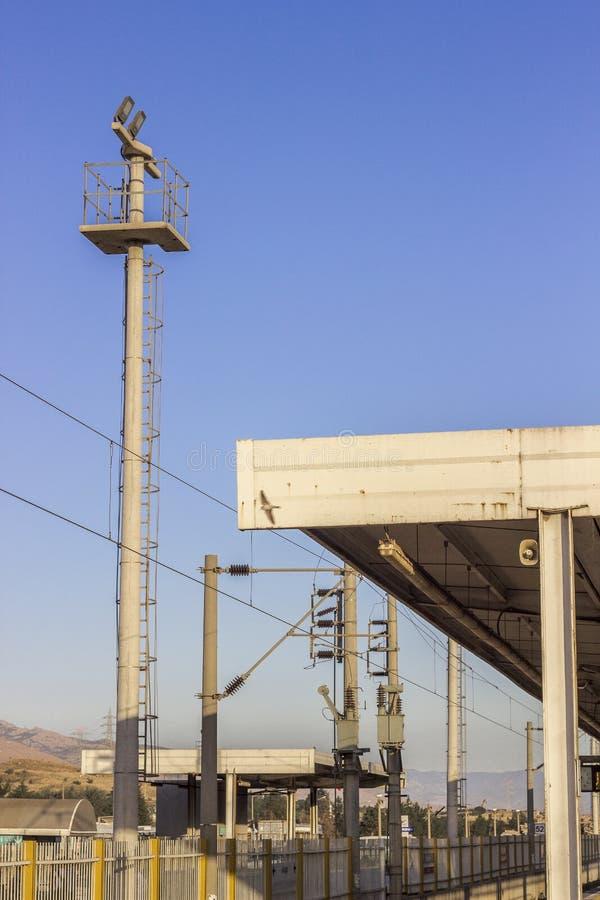 Perspectief van lege die wijd spoorlijn in TurkeyPerspective wordt van lege spoorlijn met industrieel licht wijd wordt geschoten  royalty-vrije stock afbeeldingen