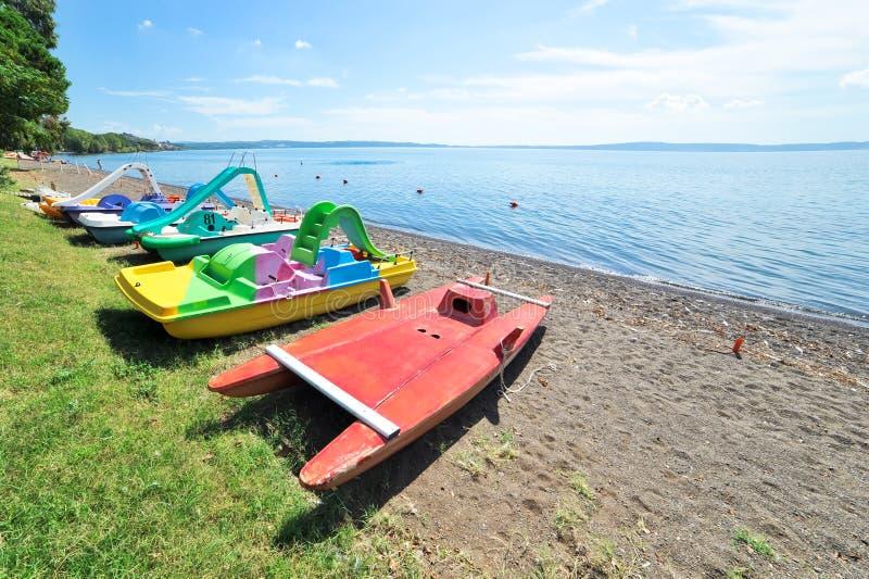 Perspectief van pedaalboten op Meer Bracciano stock foto's