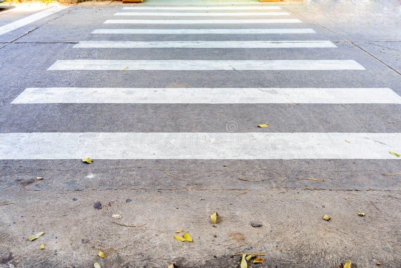 Perspectief van Wit zebrapad op betonweg stock foto