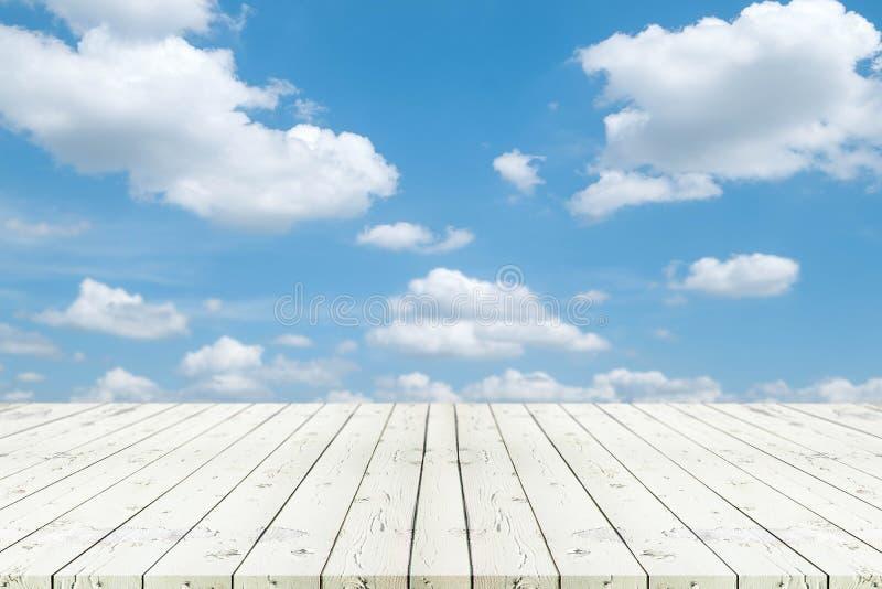 Perspectief witte houten lijst aangaande bovenkant over onduidelijk beeld Blauw hemel en CLO royalty-vrije stock afbeeldingen