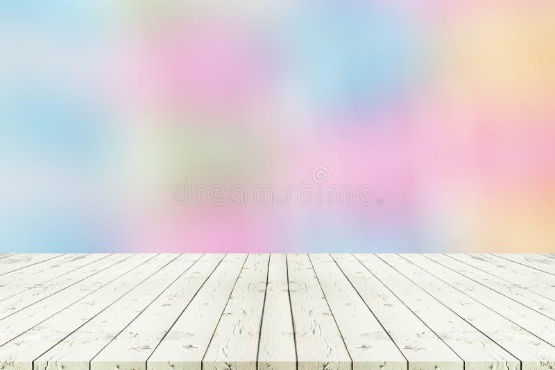 Perspectief witte houten lijst aangaande bovenkant over volledige backg van de onduidelijk beeldkleur stock foto
