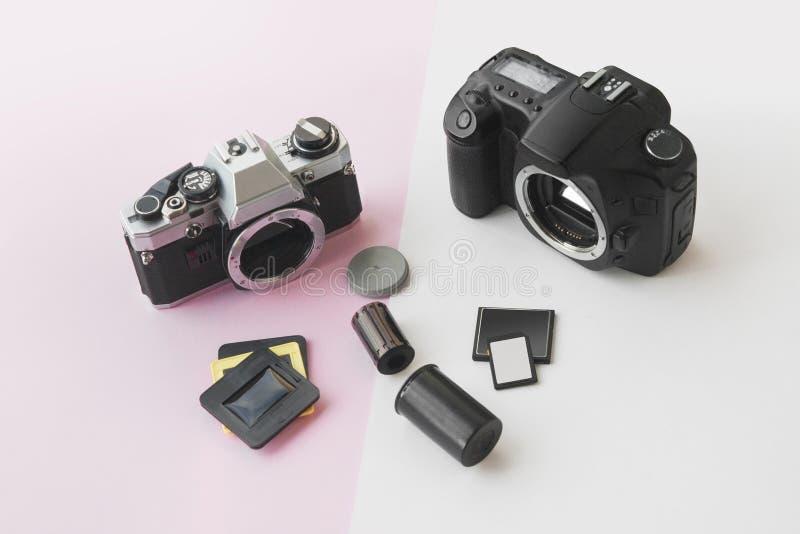 Perspectiefmening van Digitaal versus Analoog SLR-Cameraconcept royalty-vrije stock fotografie