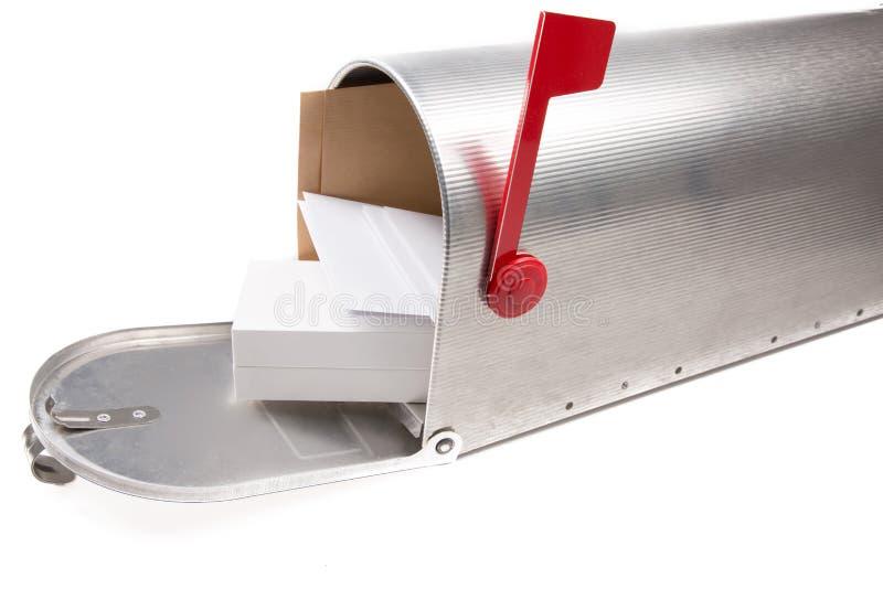 Perspectiefmening van een open oude brievenbus die van het school retro tin met een stapel van brieven en vakje pakket op witte b stock afbeelding