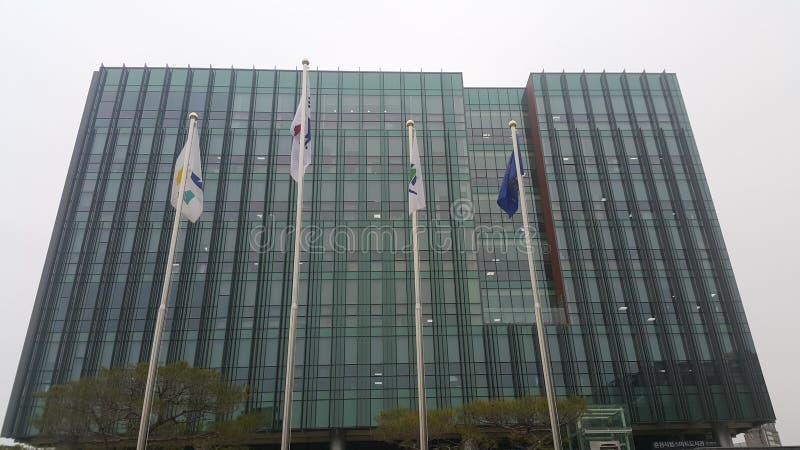 Perspectiefmening van een wolkenkrabbergebouw met vlaggen voor het royalty-vrije stock afbeelding