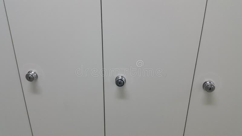 Perspectiefmening van kasten of kasten op een rij met witte deuren royalty-vrije stock afbeeldingen