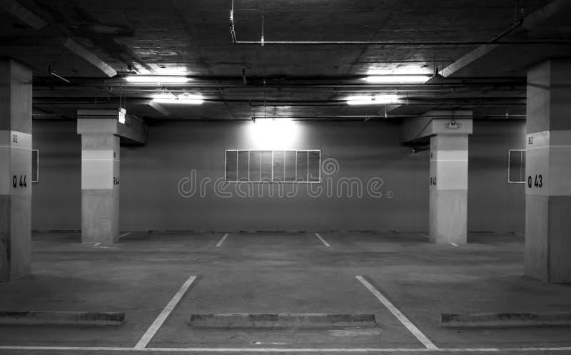 Perspectiefmening van leeg binnenautoparkeerterrein bij de wandelgalerij Ondergronds concreet parkeerterrein met open licht Voel  royalty-vrije stock foto