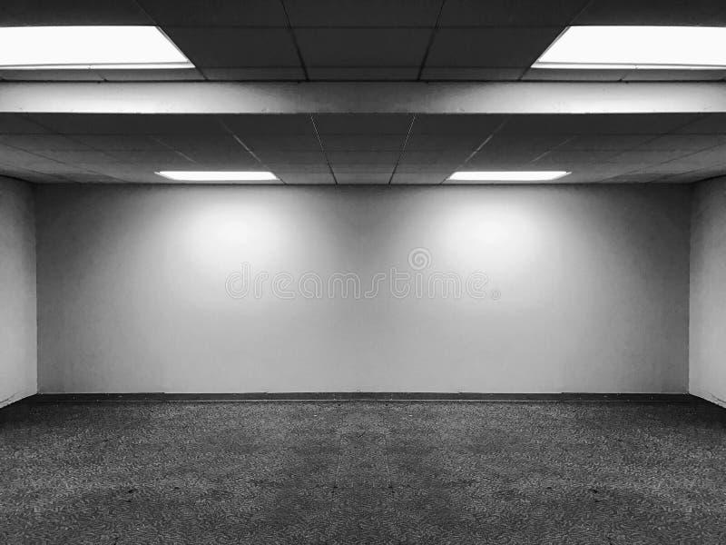 Perspectiefmening van Lege Ruimte Klassieke Bureauzaal met LEIDENE van het Rijplafond Lichte Lampen en Lichtenschaduw op Muur voo royalty-vrije stock afbeelding