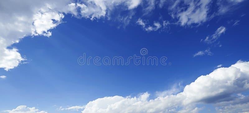 Perspectiefmening van romantische marineblauwe hemel met witte grijze wolken Achtergrond van de hoge resolutie de artistieke hori stock foto's