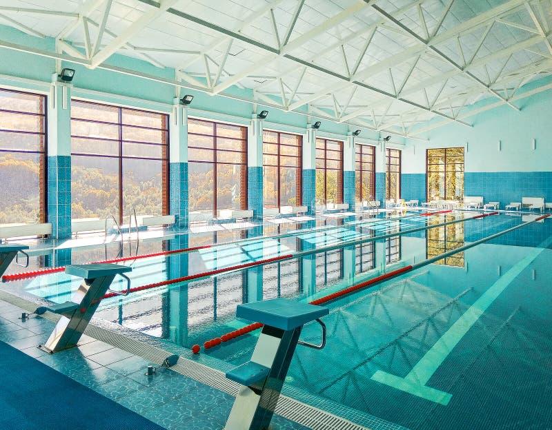 Perspectiefmening van zwembad stock foto's