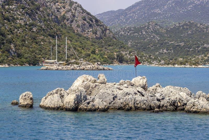 Perspectiefspruit van rotsachtig eiland op open blauwe overzees bij Middellandse Zee in Turkije stock fotografie