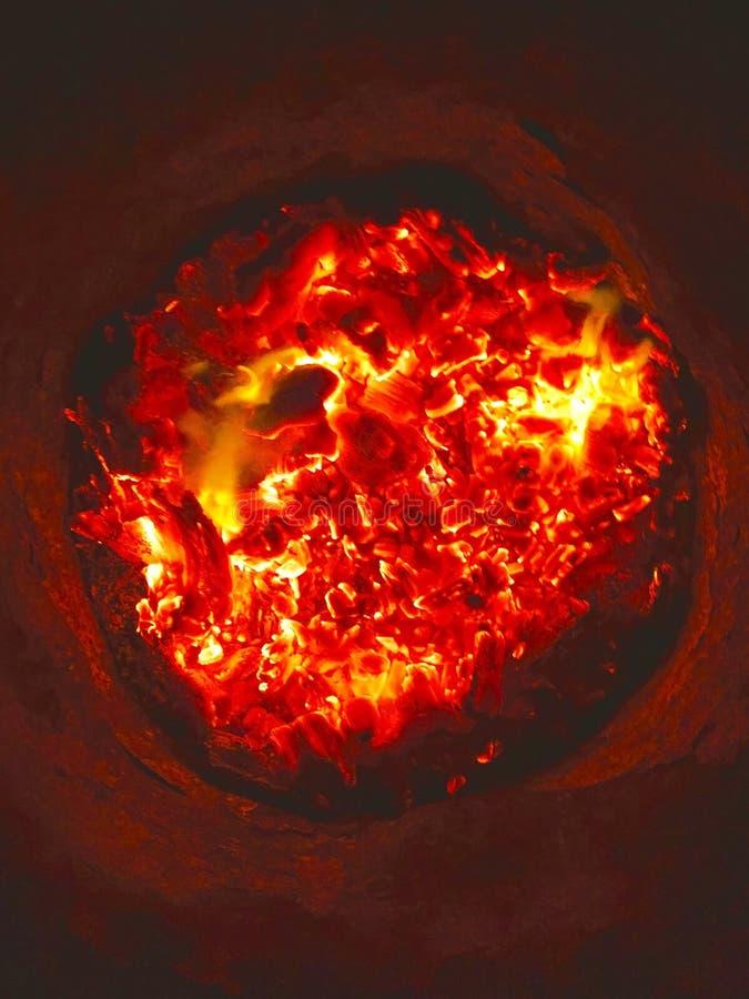 Perspectiva única de carbones de un fuego distinguido foto de archivo
