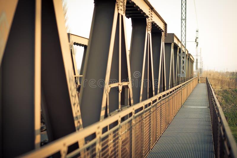 Perspectiva al infinito en el puente del hierro fotos de archivo libres de regalías