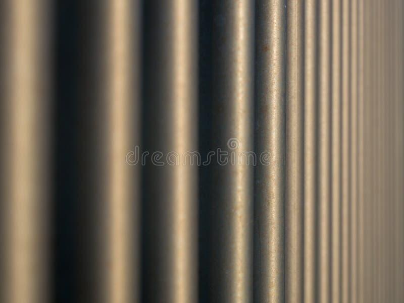 Perspectiva comprimida vertical de las barras de acero, profundidad del campo baja imagenes de archivo