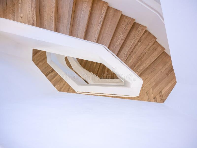 Perspectiva constructiva moderna interior del piso del paso de la escalera espiral de los detalles de madera de la arquitectura imagen de archivo