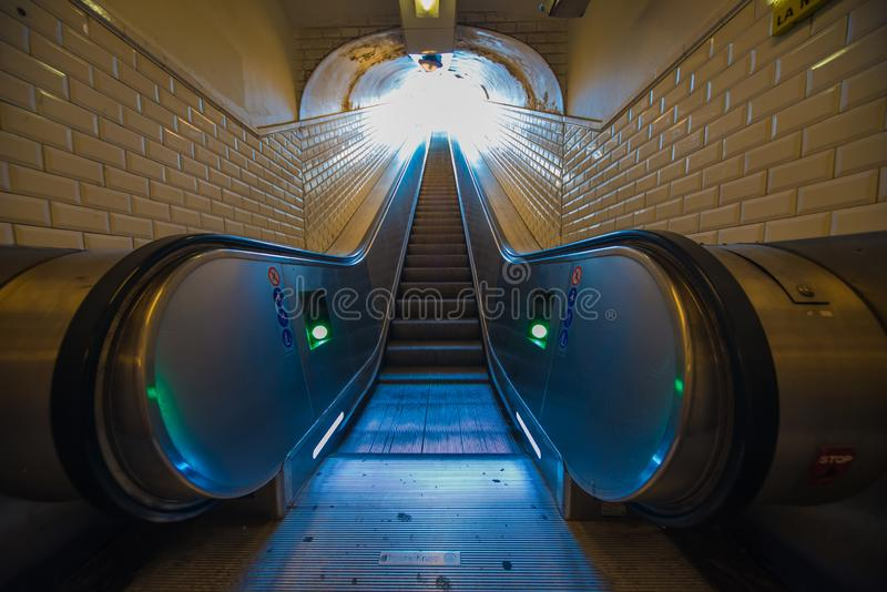Perspectiva da escada rolante ao metro Paris do túnel da saída fotografia de stock royalty free