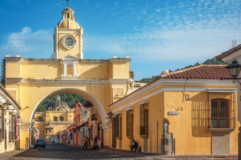 Perspectiva da rua com Santa Catalina Arch imagem de stock