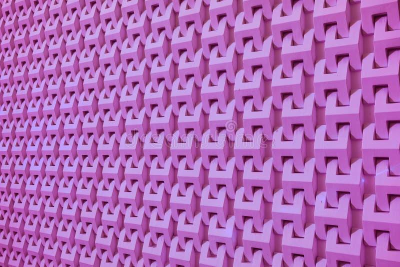 Perspectiva de disminución coloreada rosa púrpura de una fachada decorativa constructiva moderna para el fondo imágenes de archivo libres de regalías